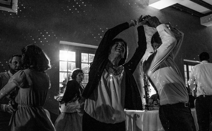 Photo en noir et blanc d'un couple à une soirée dansante à un mariage au château de la Gataudière