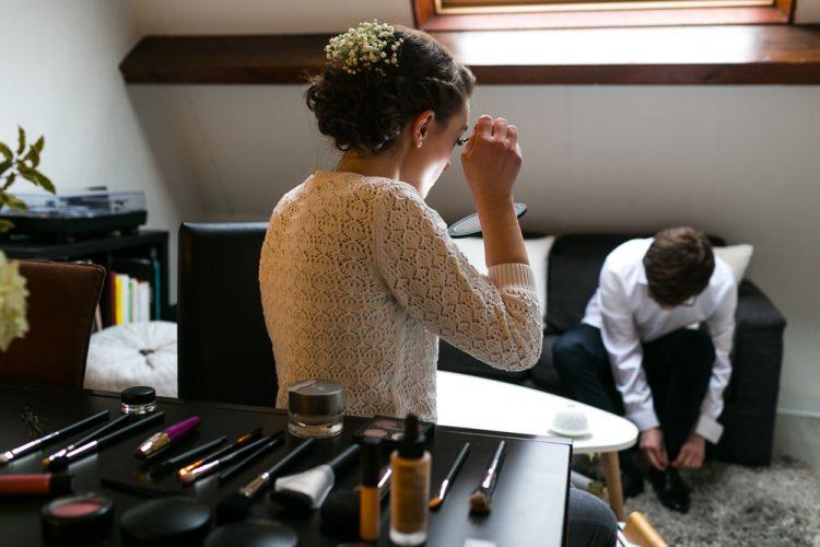 Les futurs mariés se préparent ensemble, dans leur appartement à Charenton-le-Pont
