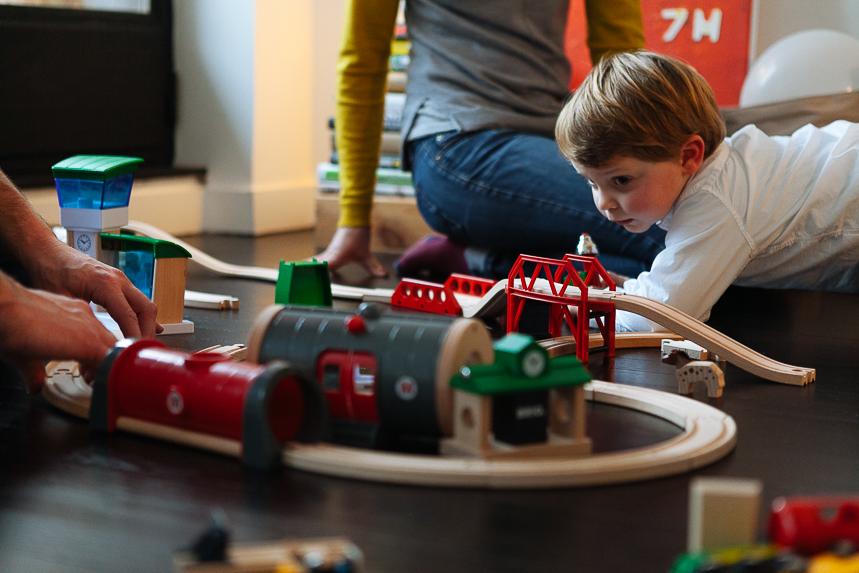 reportage photo vie quotidienne famille - s'amuser avec un train en bois