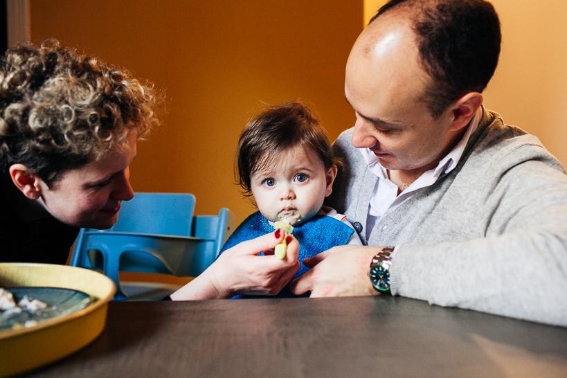 Séance photo famille chez Achille 8 mois, en train de déjeuner, avec l'aide de ses parents , photo prise par Flo Moncenis Photography