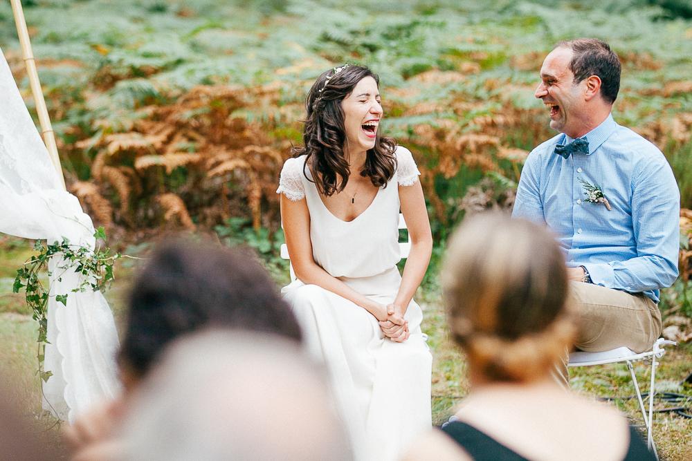 Eclats de rire des mariés lors de la cérémonie de mariage