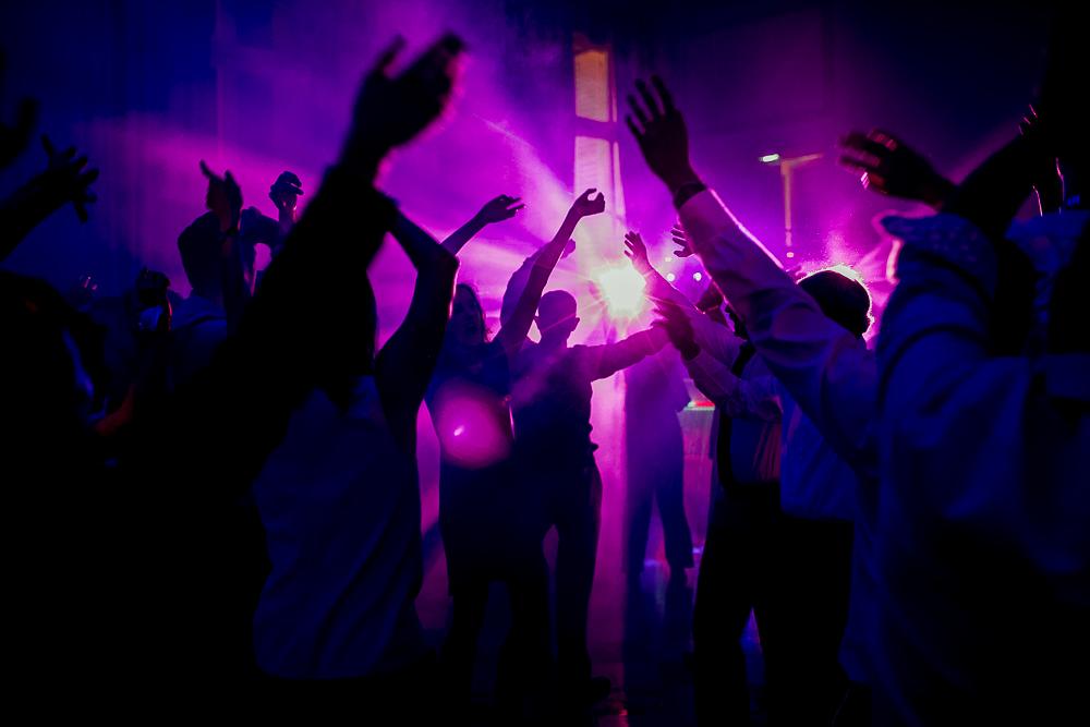 Photo ambiance levée de bras pendant la soirée dansante du mariage