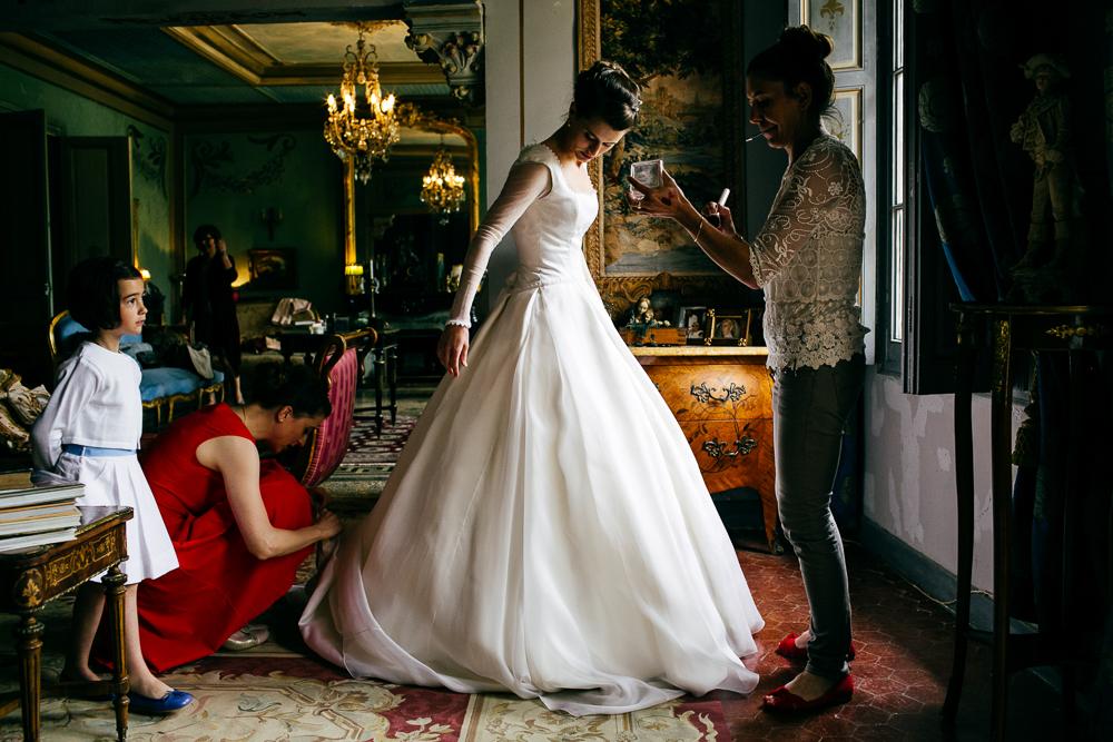 Dernières touches des préparatifs de la mariée en robe de princesse