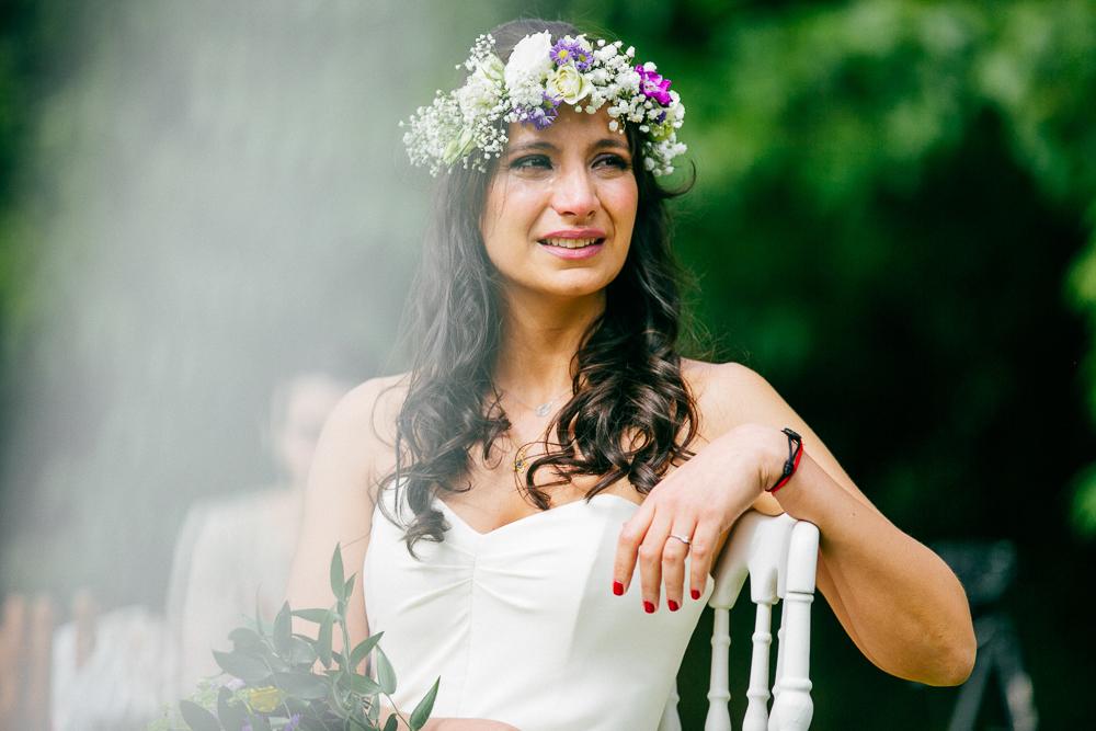 photo de la mariée pleurant lors de la cérémonie laïque