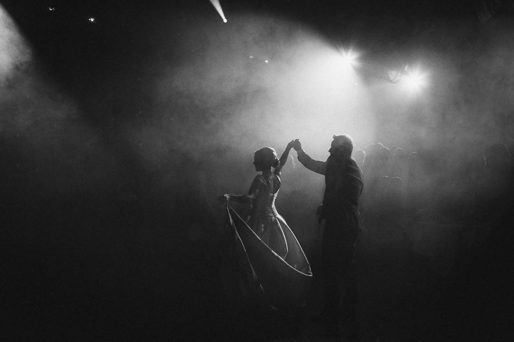 photo en silhouette de la mariée et de son père ouvrant le bal au château de Condé