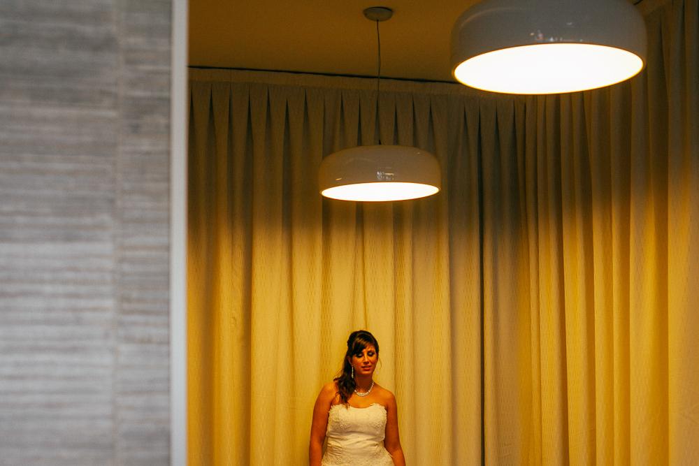 Portrait de la mariée dans le hall aux couleurs jaunes de l'hotel où elle s'est préparée
