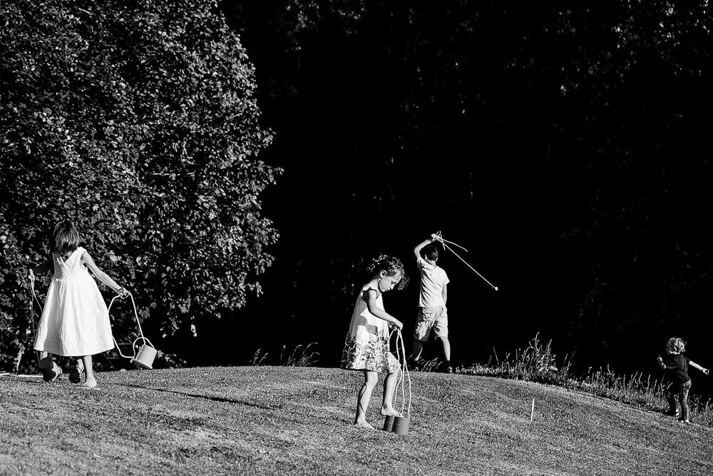 photo en noir et blanc d'enfants jouant lors d'un mariage à Deauville