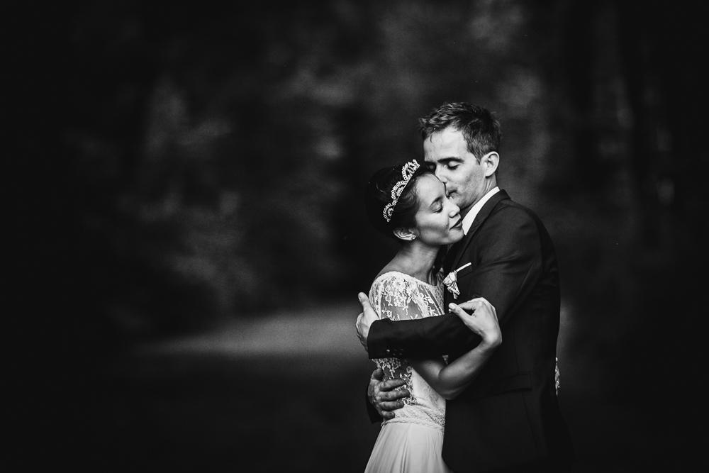photo noir et blanc de mariés s'enlaçant