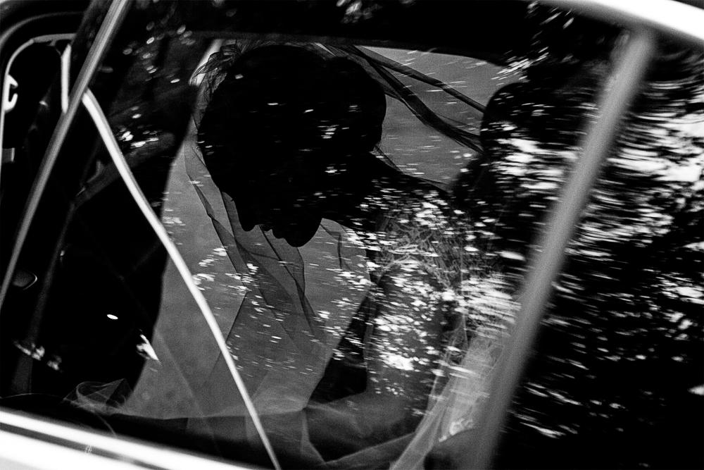 sihouette de la mariée dans sa voiture