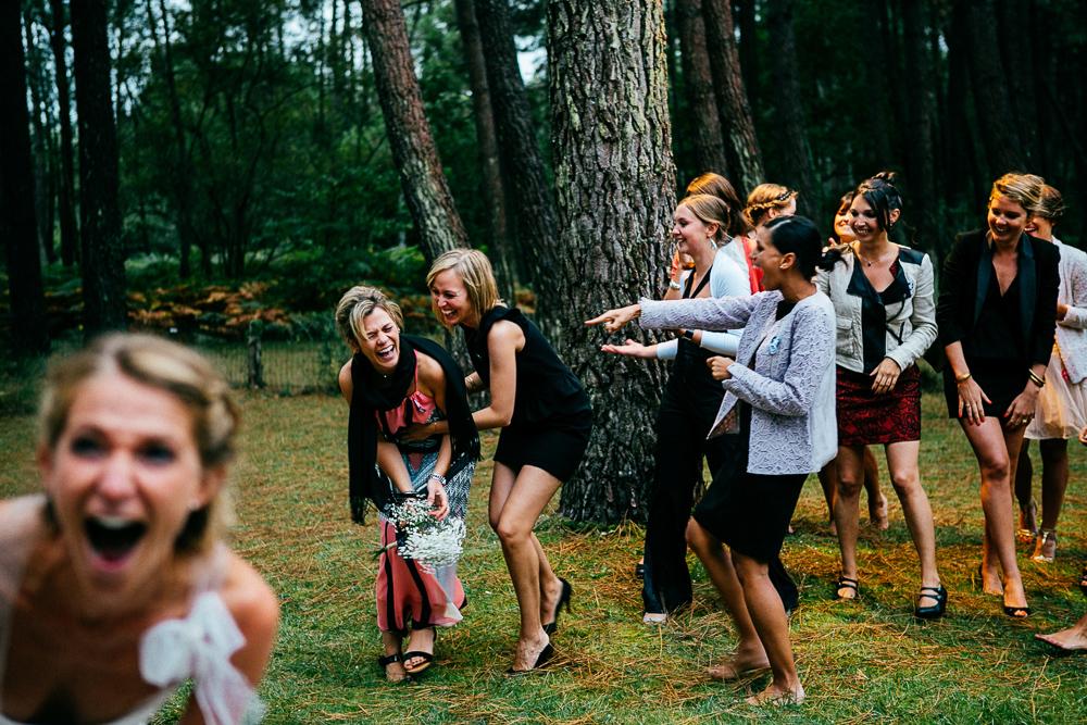 éclats de rire après qu'une des invités aie attrapé le bouquet lancé par la mariée