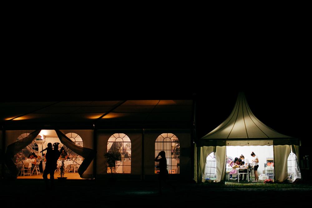photo de contexte montrant un diner sous tente lors d'un mariage