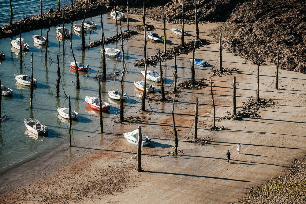 Vue aérienne des mariés marchant sur la plage bretonne
