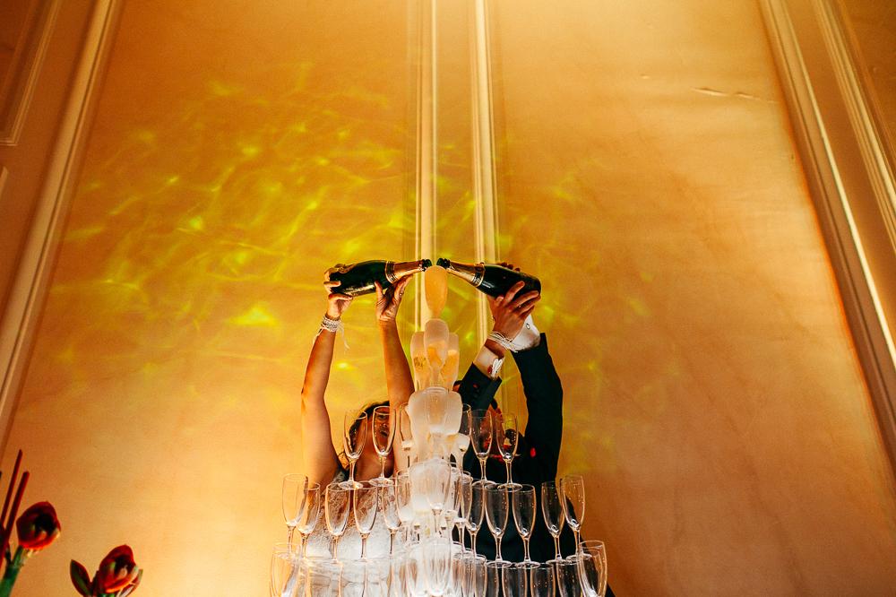 les mariés versent le champagne devant leur invités