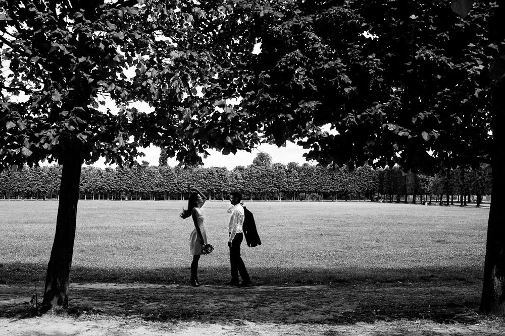 Photo de mariés en noir et blanc dans le parc du château de Saint-germain-en-Laye