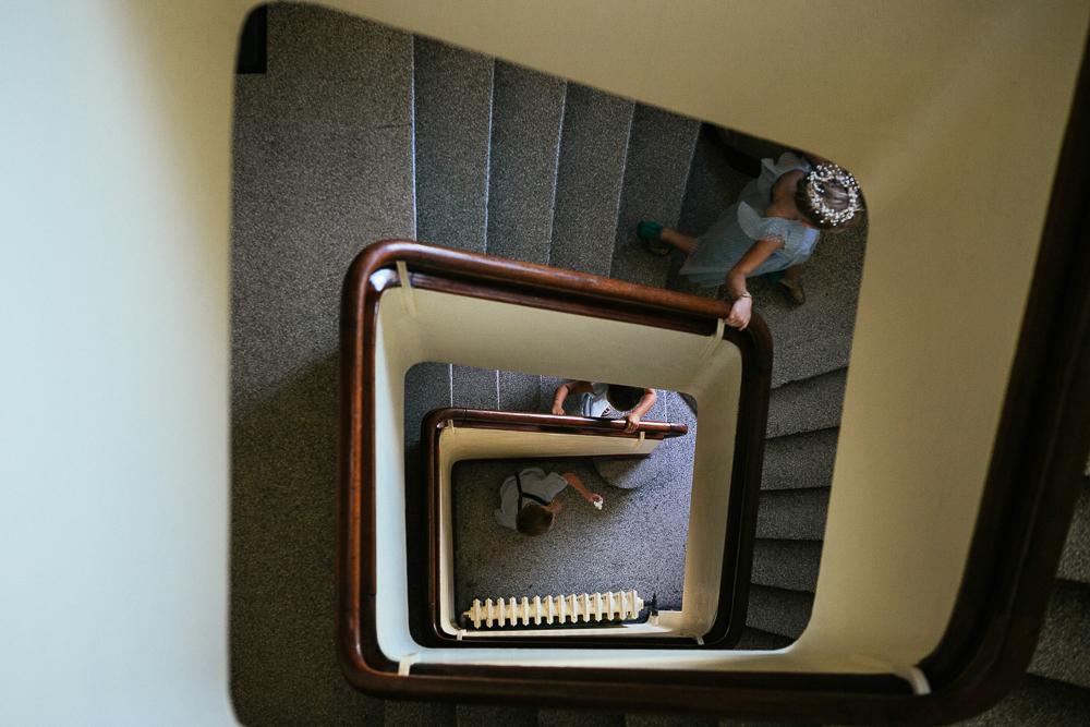 photo des enfants d'honneur dans l'escalier de l'immeuble des mariés à Bagneux