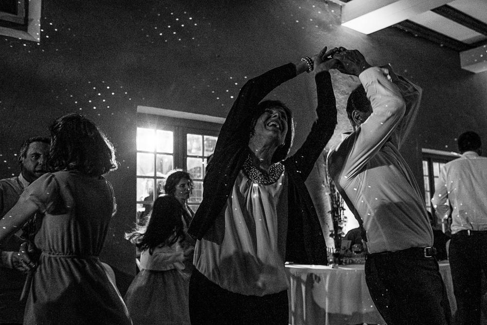 photo noir et blanc d'un couple dansant le rock lors d'un mariage