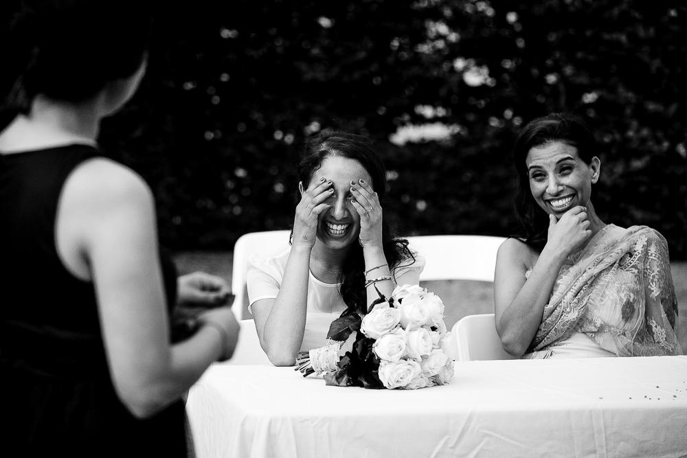 réaction en noir et blanc d'une mariée au discours de sa soeur