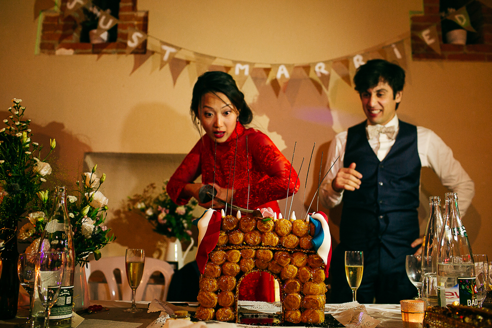 photo de mariage insolite montrant le découpage par la mariée au katana la pièce montée
