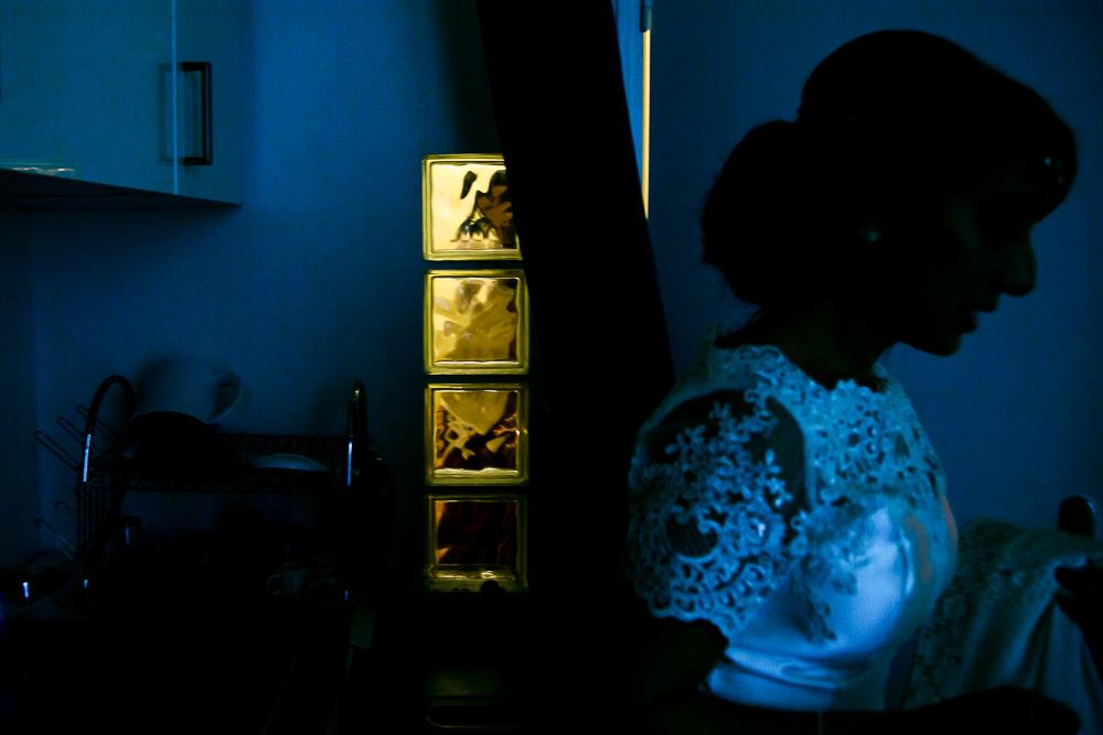 photo couleur complémentaire de la fin des préparatifs d'une mariée
