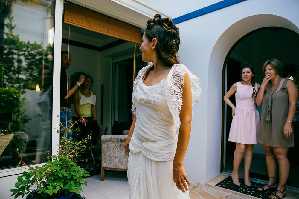 la mariée montre sa robe de mariée bohème à ses témouines