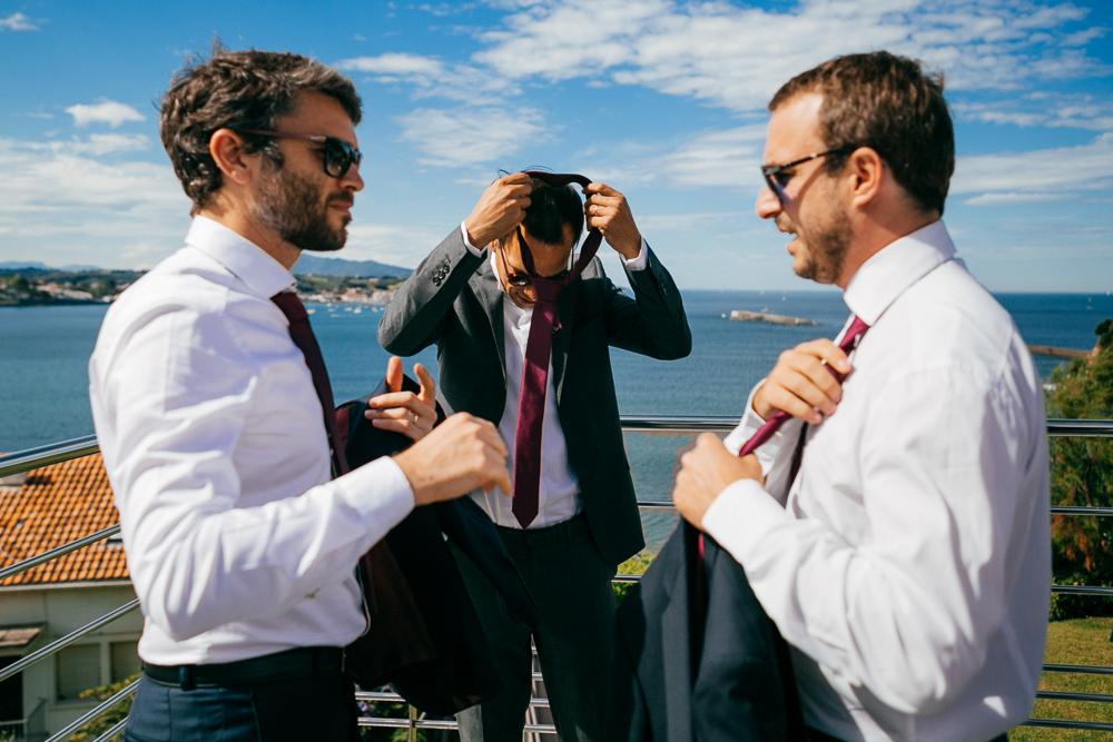 préparatifs des amis du marié sur la terrasse de la maison basque, vue sur l'océan