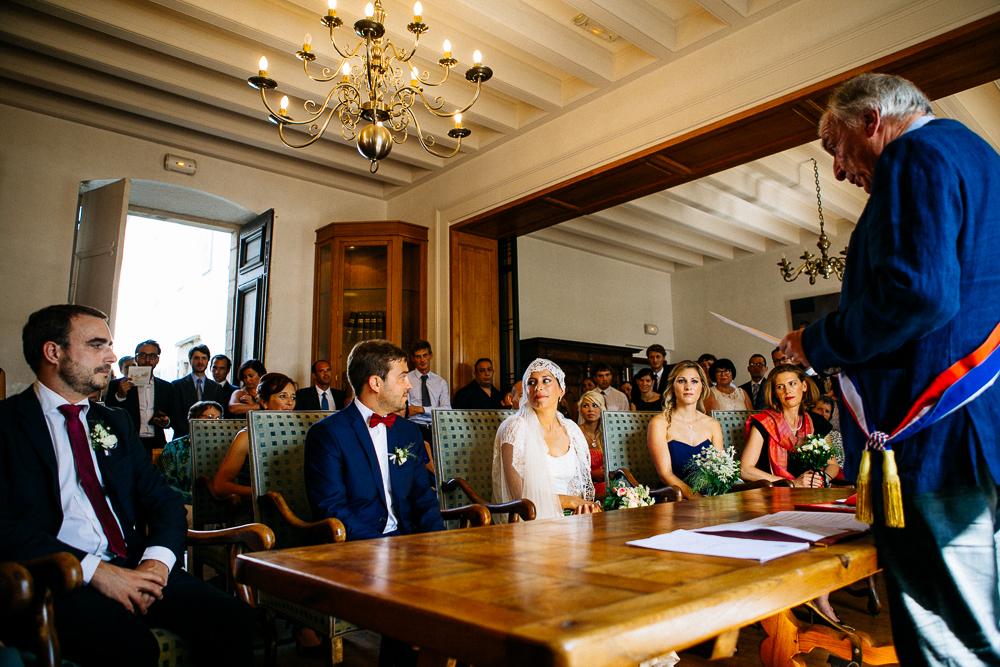 échange de regard des mariés pendant la cérémonie civile à St Jean de Luz