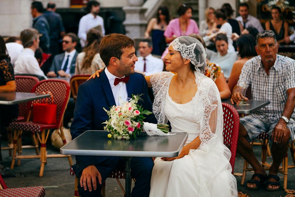 portrait des mariés au café à côté de la mairie de St Jean de Luz