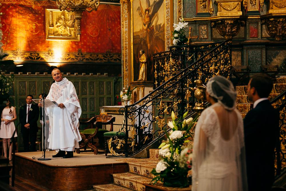 prêtre s'adressant aux mariés pendant la cérémonie religieuse à St Jean de Luz