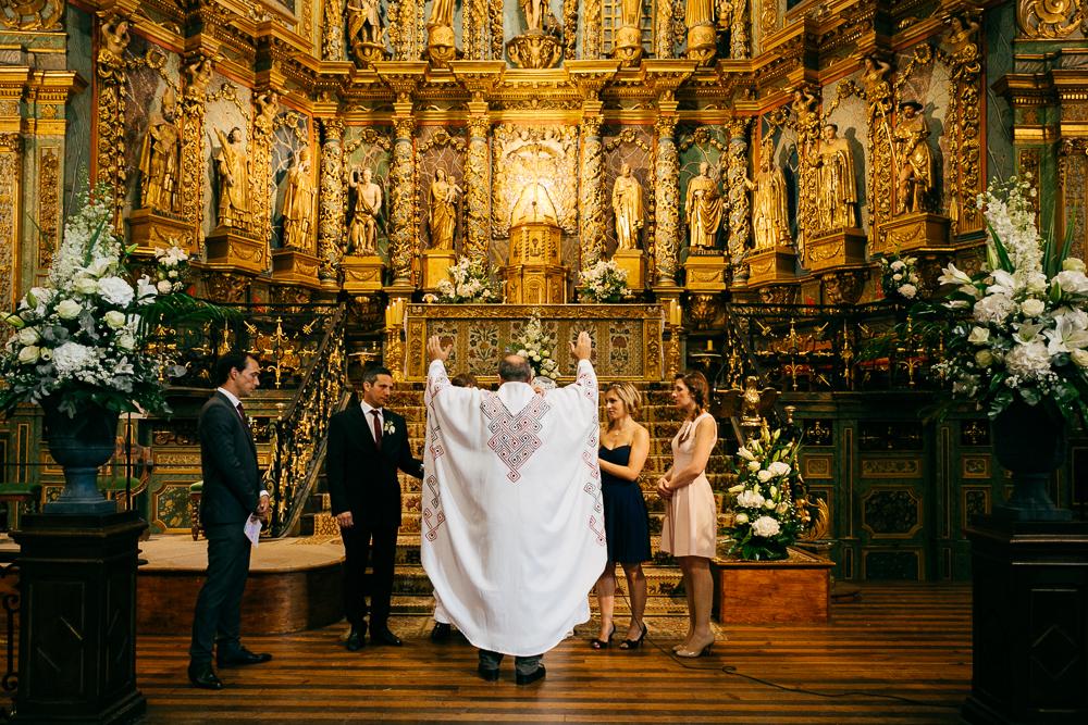 le prêtre bénie les mariés dans l'église basque