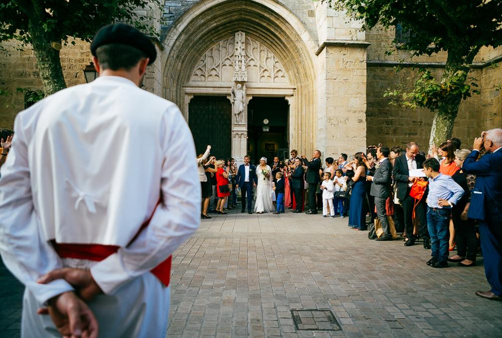 le danseur basque prêt à faire sa prestation, attend les mariés, à la sortie de l'Eglise