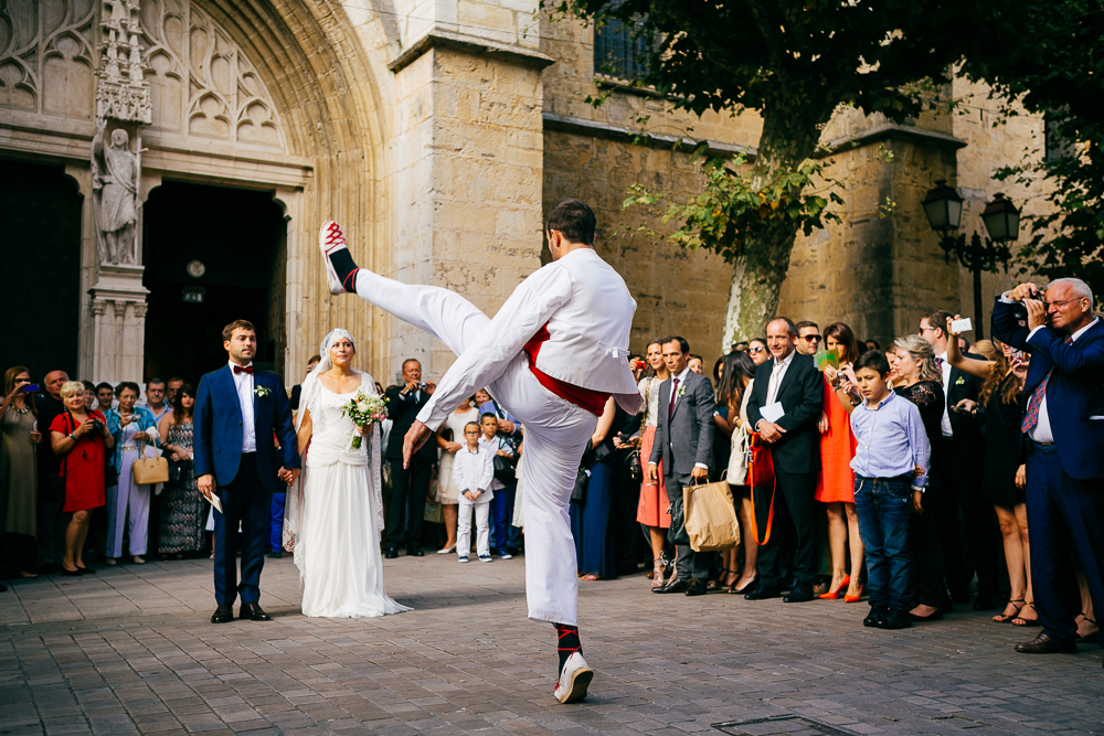 danse basque traditionnelle pour les mariages à la sortie de l'Eglise de St Jean de Luz