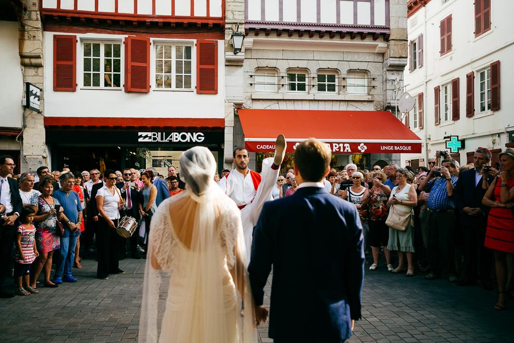 folklore basque pour la sortie d'église à St Jean de Luz