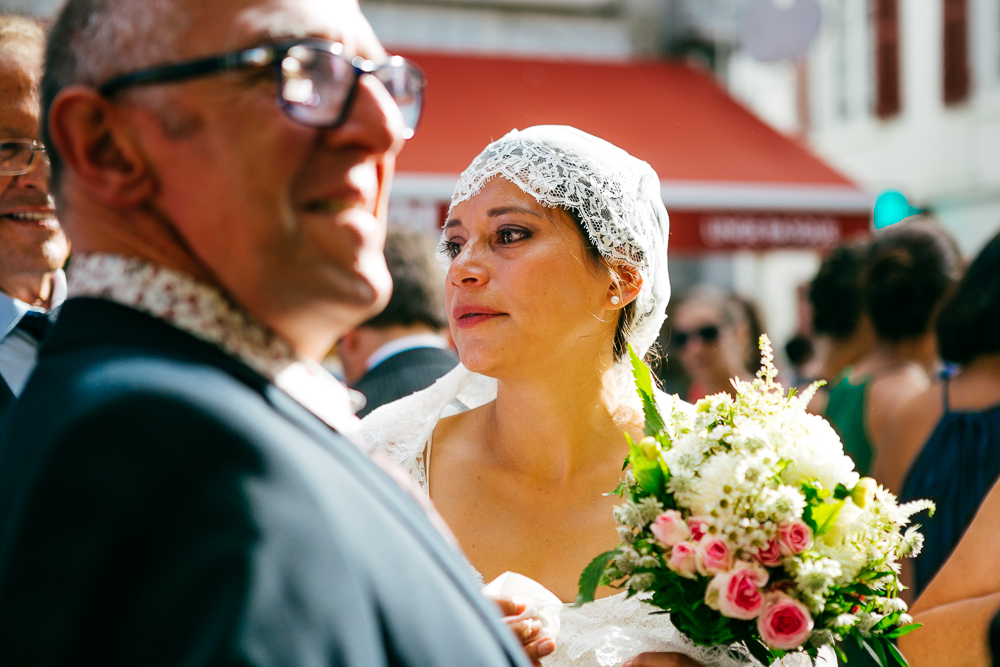 émotion de la mariée à la sortie de l'église à St Jean de Luz