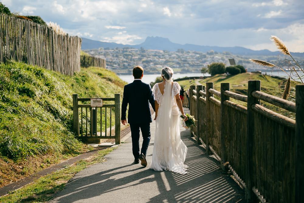couple marié marchant vers la plage sur la côte basque