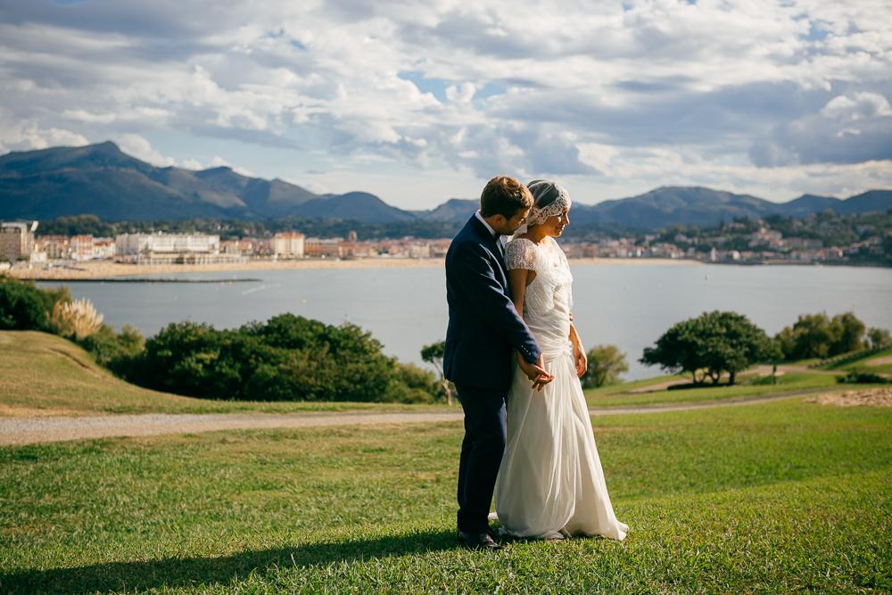 les mariés profitant d'un rayon de soleil sur le littoral basque