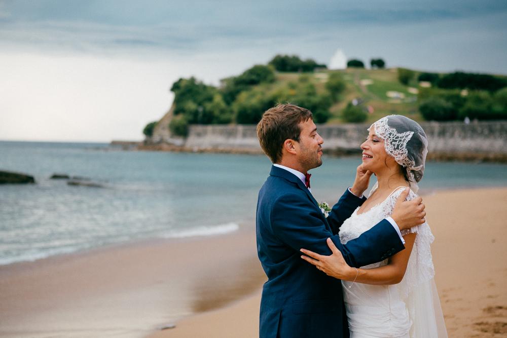 les mariés sur la plage de St Jean de Luz