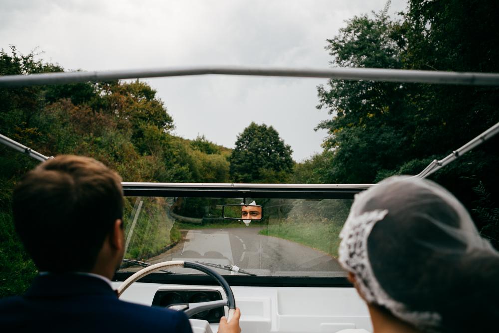 les mariés en route dans leur jeep blanche vers le lieu du cocktail