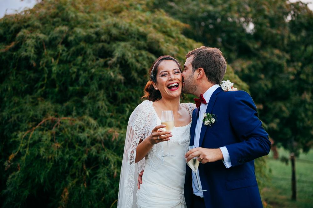 photo de mariés heureux à leur cocktail dans le sud ouest de la France