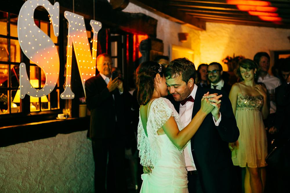 première danse de mariés dans la maison basque qu'ils ont loué pour l'occasion